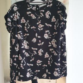 Den smukkeste bluse med bare skuldre. Jeg bytter ikke..