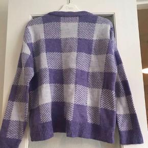 Lilla/hvid ternet sweater i str S 😃