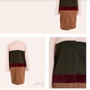 Super flot Resume frakke i 4 forskellige former for fake pels!  Brugt ganske få gange sælges, da jeg ikke får den brugt nok.  Nypris 2200kr