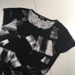 Virkelig sød kjole fra mærket mono. Den er ikke brugt særlig mange gange og står derfor som ny.