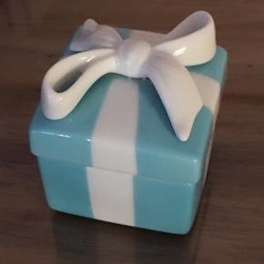 Lille Tiffany & Co. porcelænsæske sælges - fuldstændig ubrugt, stadig i original emballage, som følger med i købet Bemærk: Æsken er meget lille - der er vist ikke engang plads til en 5-krone inde i æsken ...