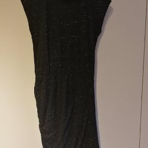 Fin Moss Copenhagen kjole i koksgrå med lyse nister. Kjolen er godt brugt, men har en fin draperinger omkring taljen og ned over hofterne.