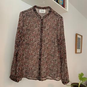Let see-through skjorte i smukke efterårsfarver.