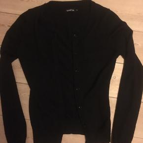 Sød helt sort cardigan med let mønster og knapper str.s Kan hentes i Århus C