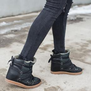 De overdrevet fede og smukke Isabel Marant Nowles Boots i sort og i str. 39 (jeg er normalt en str. 38 og de er lidt små i det). Perfekte her i kulden, men også til andre sæsoner, da de kan gå til hvad som helst.  Støvlerne er splinternye og der medfølger pose, æske, røde snørrebånd og dustbag.  Nypris: 4350 kr.   Jeg vil gerne så tæt på nyprisen som muligt, og jeg forbeholder mig retten til at beholde skoen, hvis det rette bud ikke opnås.