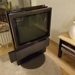 Retro B&O med cd-afspiller med fed lyd. Der følger tv boks og stueantenne med, så man kan se DR-programmerne. På drejekonsol. Og højtalerne kan slås ind. Se billede for tilslutningsmuligheder bagpå.SKAL AFHENTES - et tungt, men robust tv!