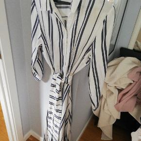 Lang hvid og blå stribet skjortekjole fra Zara. Er en MEGET lille str xxl, svarer til en medium eller en lille large. Kjolen er i et blødt hør agtigt materiale uden stretch. Er brugt 3 gange og fremstår som ny. Sælger for min mor, så den kan hentes i Søborg eller på Nørrebro.