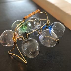 Skønne vintage glas fra 50'erne. Det fineste stativ med 6 smukke kulørte glas. Så fin at stille direkte på bordet. Glassene er perfekte til fx en Bailey.  I perfekt stand og uden skader og skår.