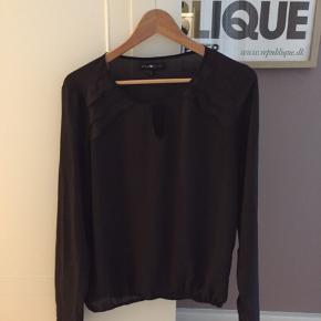 Mørkebrun elegant bluse med detaljer ved hals