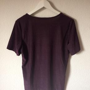 KappAhl - t-shirt Str. 42/44 Næsten som ny Farve: lilla Lavet af: 60% polyamid, 31% polyester og 9% elasthan Mål: Brystvidde: 112 cm hele vejen rundt Længde: 67 cm Køber betaler Porto!  >ER ÅBEN FOR BUD<  •Se også mine andre annoncer•  BYTTER IKKE!
