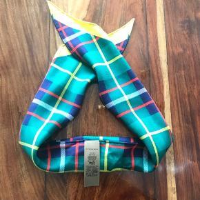 Lækker Burberry klud. Kan bruges rundt om halsen eller til jakkesæt. Købt i Paris men aldrig blevet brugt.