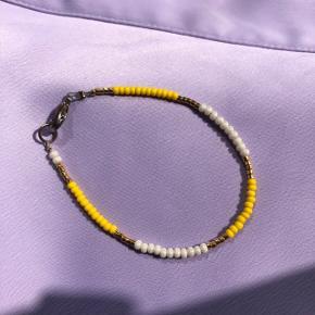 Perle armbånd  Gule beige og guld (24k) perler 📐Mål: 15.5 cm 💮 Prisen er fast og inkl. forsendelse med postnord ☺️