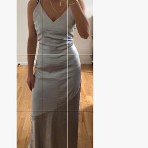 Fin kjole i sølv. Prismærket er stadig på.  Kom med et bud (:
