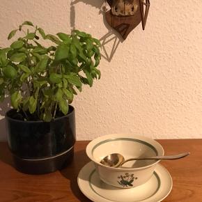 Sovseskål Hjertegræs porcelæn, Royal Copenhagen. Design Thorkild Olsen.  Mål: Ø:15 cm, nr. 9580 m/lille skår