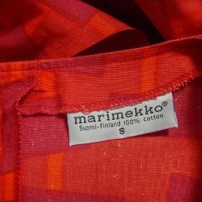 Oversize Marimekko kjole fra perioden omkring 1980, materialet er bomuld. Den er mærket str. S men passer flere størrelser. Regulere med bælte. Standen er i top, ingen huller eller pletter. Kun vaskes x flere, ses dog ikke spor deraf.  Ma°l: Bryst 114 cm. Talje 112 cm. Hofte 112 cm. Længde 124 cm.