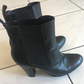 Super fede ankel støvler fra Billi bi sælges  Kun brugt få gange så de fremstår i rigtig flot stand  De sidder flot ind til foden og har en super god pasform  Hælhøjde ca 10 cm  Plateau ca 1,5 cm  Nypris 1600.-
