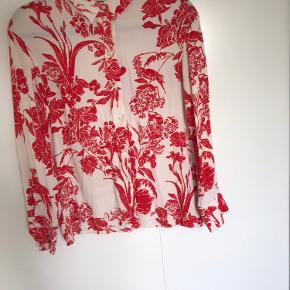 H&M skjorte i råhvid med rødt print. Størrelse 34, brugt, men fejler intet