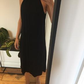 Fin sort kjole fra H&M i silkeblanding. Bindes i nakken. 56% viscose 44% silke