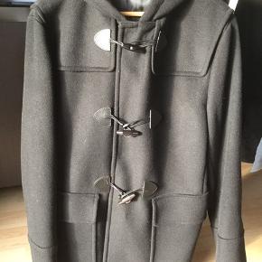 Flot uldfrakke fra Prada i dyb marineblå. Aldrig brugt - fremstår som ny.