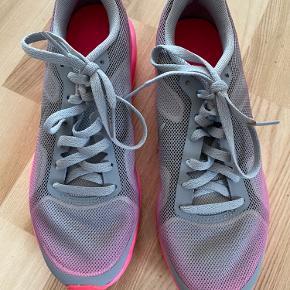 Nike sko i farven grå og pink. De er brugt et par gange. Str 36,5.