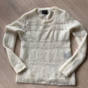 40% nylon  32% kid mohair 28% wool