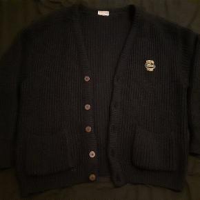 Tyk strikket cardigan fra lacoste. Ca str. XL- XXL. På billedet sidder den på mig, som er en str. L. Gammel men god og varm.