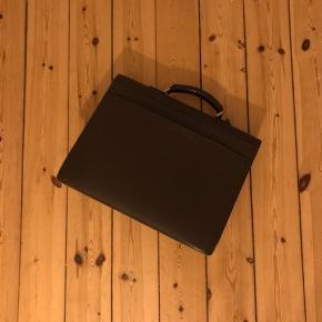 Briefcase fra Louis Vuitton. Fået i gave i 2006, så har ingen kvittering på den. Brugt et par år, så den har tydelige tegn på brug. Kan hentes i Lyngby eller ved Kgs. Nytorv 🌼