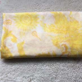Lækkert tørklæde fra Malene Birger i fantastisk kvalitet og i tidens modefarve - 1,30 x 1,40 m. Aldrig brugt