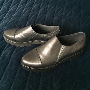 Skoene er lavet af ægte skind og er aldrig brugt. Byd gerne :)