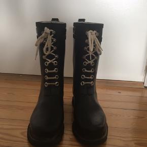 Sorte gummistøvler fra Ilse Jacobsen.  Nypris: 1.099 kr   BYD gerne.