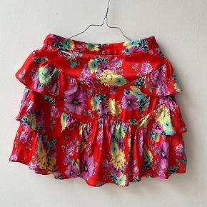 Fin blomstret nederdel med lagdelte flæser fra Asos, str. 36.   Den kan afhentes i Fredensborg eller sendes på købers regning med DAO el. Postnord