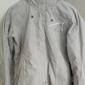 Salomon Skijakke med snefang, str L. Faconsyet. Brugt på 1 skiferie, meget glad for jakken, sælges fordi jeg ikke kan passe den længere. Ingen brugsmærker.