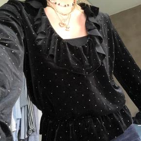 Denne fine bluse fra other stories er aldrig brugt🖤 den er af velour med små glimmer prikker på🖤Meget tilsvarende i størrelsen    Du  kan hente i Aarhus C - Ceresbyen. Ellers sender jeg gennem trendsales' handelssystem💗  Sælger også:  - & Other Stories  - H&M  - Nike  - Zara  - Nue Notes  - Envii  - Vila  - Weekday - Monki - Rosemunde  - Day  - Levis  - Brandy Melville  - Topshop  - Just Female
