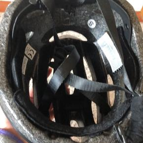 Cykelhjelm str Small, brugt få gange. Sælges da jeg har købt en ny. Ingen brud eller stød - fejler intet.