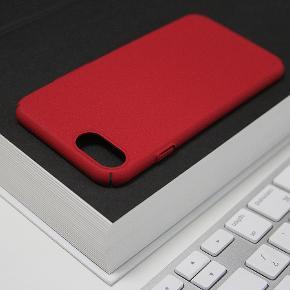 iPhone 8 - Hybrid Hardcase Cover Med Stof Beklædning - Farve: Rød  Funktioner:  - Beskytter mod ridser, dyre reparationer - Hybrid hardcase cover / stof beklædt - Perfekt pasform til din iPhone - Udskæring til lydløs knap samt stik og højtalere i bund  Materiale:  - Hybrid, Silikone, blød nylon  Nyt