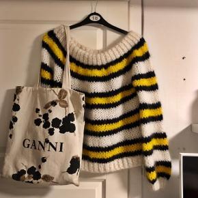 """Overvejer at sælge denne smukke strik fra Ganni. Modellen hedder """"The Julliard Mohair"""" og er håndstrikket af 50% uld og 50% mohair. Er kun brugt én gang, fremstår som ny.Ny pris 2.800,-  OBS!! Sælger ikke mit Ganni net🌸"""