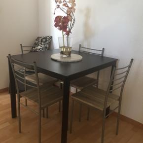 Table avec 4 chaises bon état