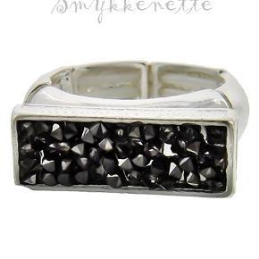 Forsølvet elastik ring pyntet med sorte sten  Str.: 7 (Amr. str.) = 1,7 cm i diameter/svarer til Medium  PRISER ER INKL. LEVERING I DK  ¤¤¤ PRISEN ER FAST ¤¤¤