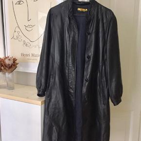 Overvejer at sælge denne utrolig fede læder/skind jakke fra Finland, str. M  Mål fra skulder og ned: 98 cm.  Hentes i Aalborg eller sendes på købers eget ansvar og egen regning med dao.
