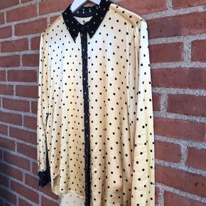 Hej. Jeg sælger denne skønne skjorte fra Stine Goya, da den simpelthen ikke bliver brugt nok. Den er brugt meget gå gange, så der er ingen tegn på brug, og den er så god som ny. Modellen hedder Maxwell, og farven er lys gul med sorte detaljer. Der medfølger 2 ekstra knapper! ☺️