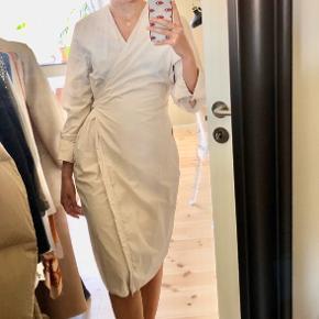 Brugt to gange 🌻🌻 Kjolen klæder alle typer kroppe med sin enkelthed og fine talje bånd 🌸   Jeg giver mægnderabat, så tag endeligt et kig på min shop, hvor jeg sælger ud af alt fra Ganni, Notabene og Louboutin til h&m, Vero Moda og Zara 🌻🌸🌸🌻