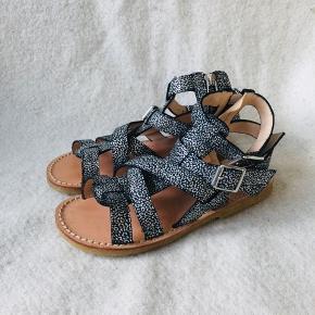 Smukke nye sandaler fra Angulus med skridsikre såler i rågummi. Sort /sølv Kan tilpasses den enkelte fod og er hurtige at få på pga lynlås. Fra den nye kollektion. Nypris 849,-
