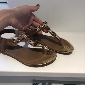 Flade sandaler, karamel farve i Str 37, dejlige bløde sandaler både til jeans og kjoler.