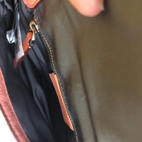 Marc By Marc Jacobs, Julie cross body taske i blødt quiltet skind, farve peach.  Mål: højde = 12 cm, længde= 21, dybde=6,5cm Justerbar strop= 51cm  Dustbag følger med