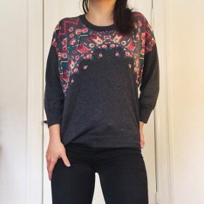 Flot trøje/sweater fra mærket Ecoté. Den er dejlig blød og har et virkelig flot blomstermønster foran. Str M, men passer str XS-M. Meget lidt brugt. Kom med et bud 😊