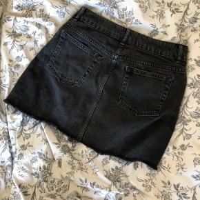 Fed denim nederdel med slid nederst God stand