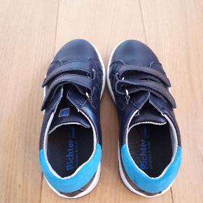 Lækre sko i mørkeblå læder, der lukkes med velcro.