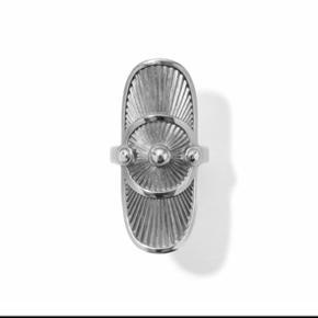 """Sælger denne super fine Line&Jo """"miss radigan antique"""" ring. Nyprisen er 1850kr, sælges for 900kr😊 Der er en smule brugsspor i form af småridser og nogle steder hvor det rhodinerede er slidt lidt af. Dette kan ses på billederne, det er virkelig ikke noget jeg lægger mærke til da ringen er i rigtig fin stand😊 Hvis man alligevel vil have den rhodineret på ny kan dette altid fixes hos en guldsmed. Ringen er en str 53 (16.9cm i diameter).  Jeg har desværre ikke den originale æske længere, men man får den selvfølgelig pakket fint ind i en anden æske :) Kan sende forsikret med DAO eller mødes i Kgs. Lyngby."""