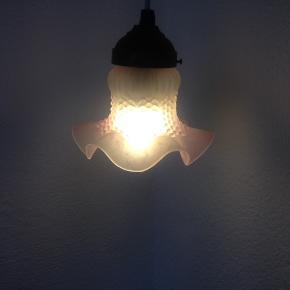 Smuk vintage loftslampe med fin lyserød / hvid glasskærm. Giver et smukt lys, men det er svært at se på billederne.