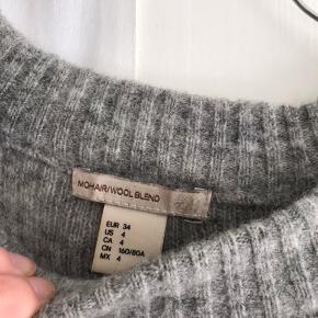 Skøn sweater i mohairblanding fra H&M Trend. I rigtig god stand.  Str. 34, men passer både xs og s 💕